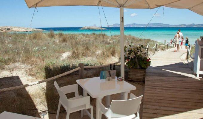 restaurante-formentera-juan-y-andrea-terraza-pasarela-playa